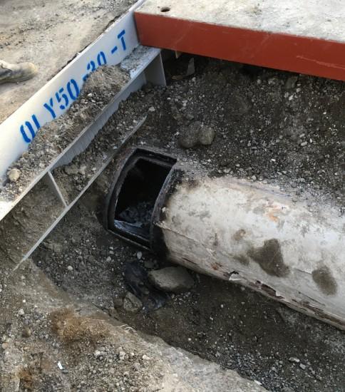 鶴見区大東町橋壁、ガス管撤去工事
